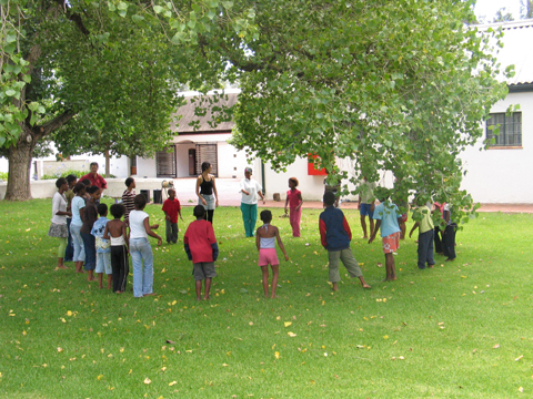 Paarl-kids-outside-circle_b